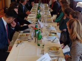 EBD-Generalsekretär Bernd Hüttemann im Austausch mit Diplomatenkolleg