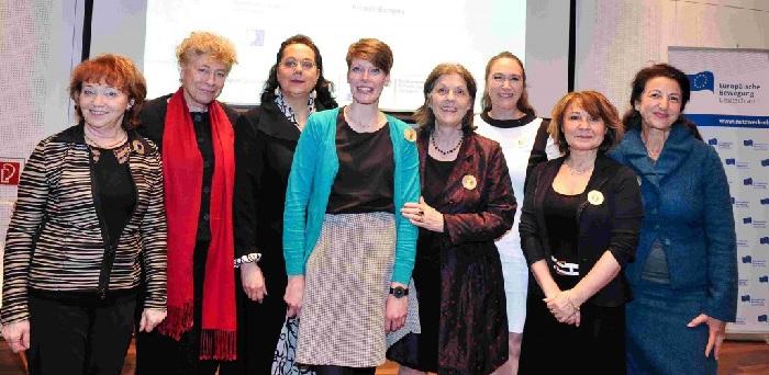 Frauen Europas unter sich (v.l.) Irina Gruschewaja, Gesine Schwan, Sissy Thammer, Linn Selle, Gudrun Schmidt-Kärner, Inge Bell, Jasmina Prpić, Necla Kelek Foto: EBD/K. Neuhauser